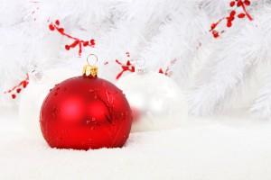 foto kerstbal sneeuw