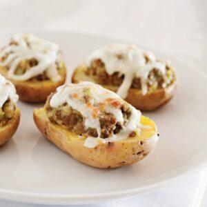 Met pittig lamsvlees gevulde aardappels