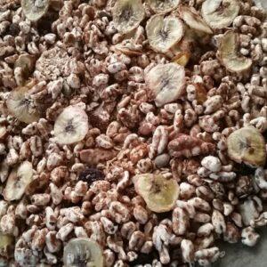 Granola met gebakken bananenschijfjes